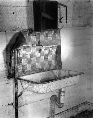 018A02 Old Farmhouse Sink 1995