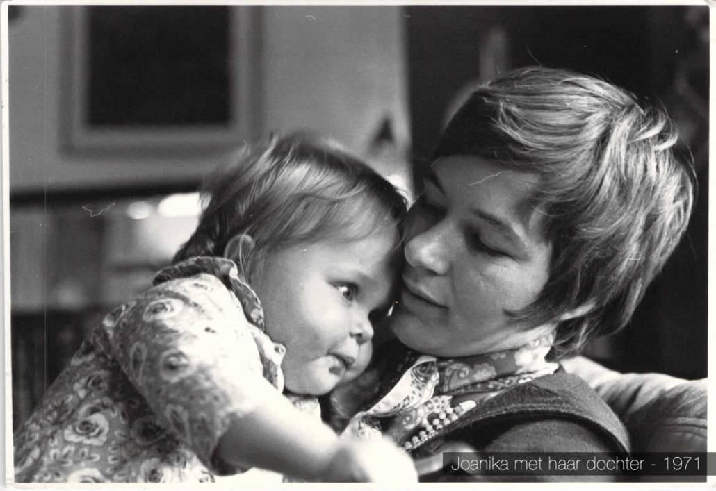 Joanika met haar dochter - 1971