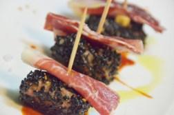 Porc ibèric arrebosat amb sèsam, salsa barbacoa i pernil ibèric.