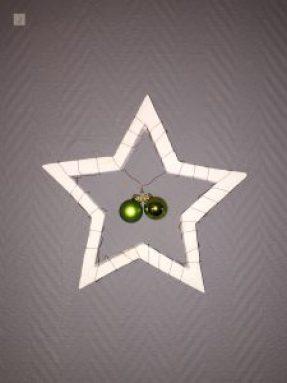 Stern aus Gips mit Weihnachtskugeln als DIY Weihnachtsdeko