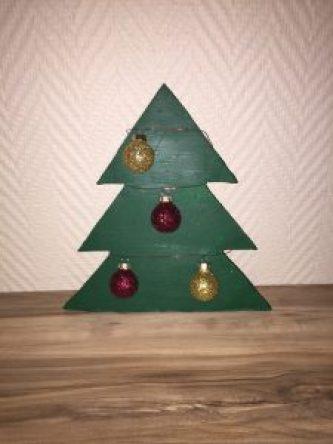 Tannenbaum aus Beton mit Kugeln als DIY Weihnachtsdeko aus Beton