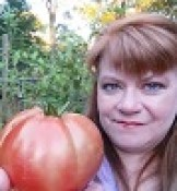 JoAnn's Food Bites holding a tomato