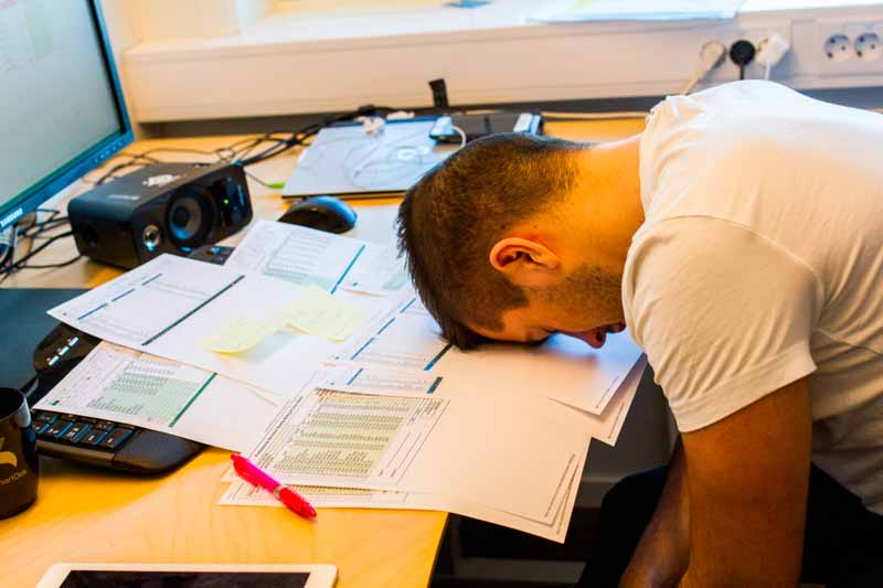 Tidrapportering via papper och penna kan bli en verklig huvudvärk för löneavdelningen och inte minst de anställda själva. Lösningen är ofta rätt framför en... Foto: Lasse Sørnes.