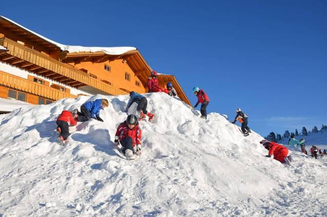 Der Schneehügel vor dem Hotel Schwarzhorn
