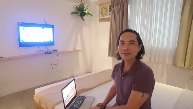 Me blogging while watching a Filipino movie airing on ABS CBN TV Plus