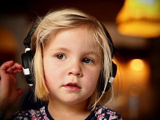 child listen music