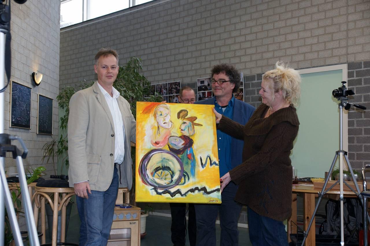 aanbieding schilderij aan Peter brons (foto Peter vd Wiel)