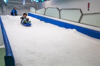 全台首座恆溫雪場就在台中三井Outlet裡,穿薄外套也能輕鬆玩雪啦!