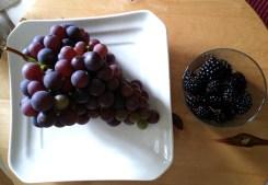 Als Nachtisch gab es frischen Wein und Brombeeren