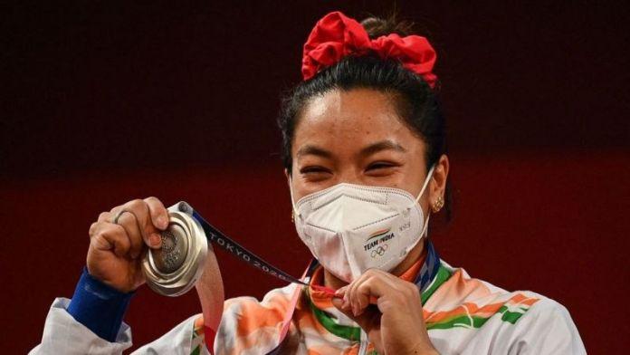 भारतीय वेटलिफ़्टर मीराबाई चानू टोक्यो ओलंपिक में भारत को पहला मेडल