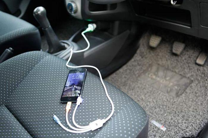 Charge HP pada Mobil