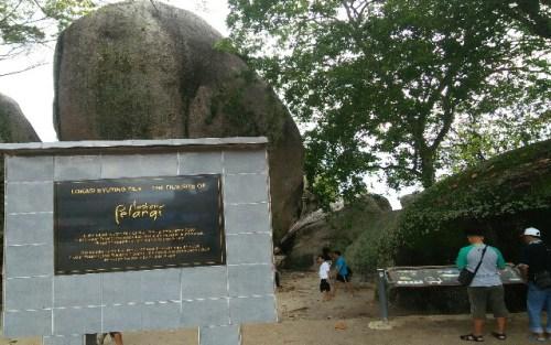 Salah satu lokasi tempat syuting Fil Laskar Pelangi yang ditandai dengan prasasti di antara batu besar di tepi pantai Belitung Timur.