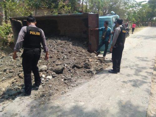 bantu TKP truk terguling 768x576