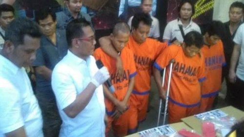polisi menunjukkan empat pelaku perampok emas di Sumenep Madura