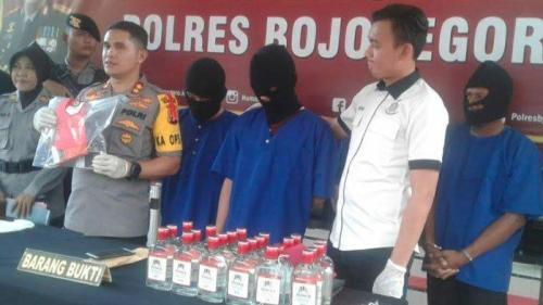 petugas kepolisian polres bojonegoro membeberkan bukti miras oplosan bermerk vodka saat ungkap kasus