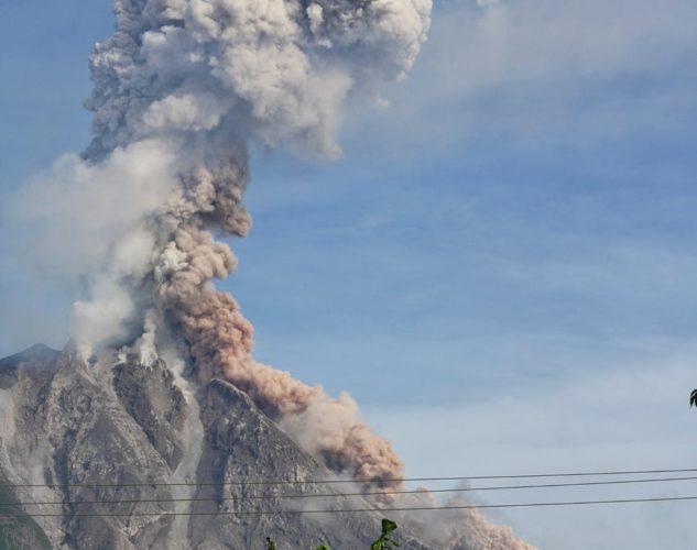 ilustrasi gunung meletus