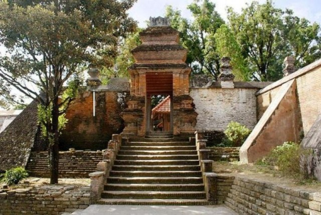 pintu gerbang menuju makam raja raja mataram di kotagede yogyakarta