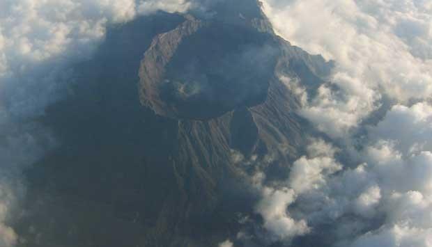 letusan abu 400 meter status gunung raung berubah waspada 1