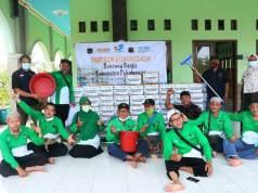 Relawan SOLOPEDULI dan IPHI Surakarta foto bersama di sela-sela Aksi Peduli Saudara di Pekalongan, Minggu (28/1/2021) / Foto: Dok SOLOPEDULI