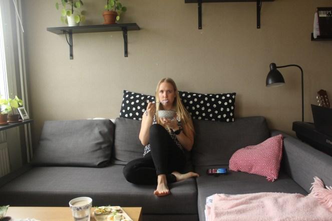 JH sitter i soffan och tittar på Yotube