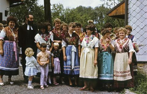 Der wieder gegründete Frauenkreis der Kirchgemeinde Crock in traditioneller Tracht.