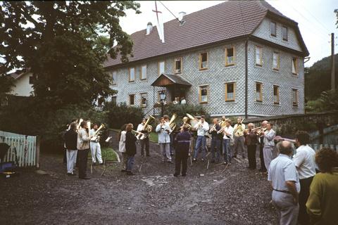 """Zu Kirchfesten wurde schon früh der Pfarrer mit einem Ständchen """"geweckt"""". Hier die Wuppertaler Blasmusik, die wir mit vielen Schwierigkeiten nach Crock geholt haben."""