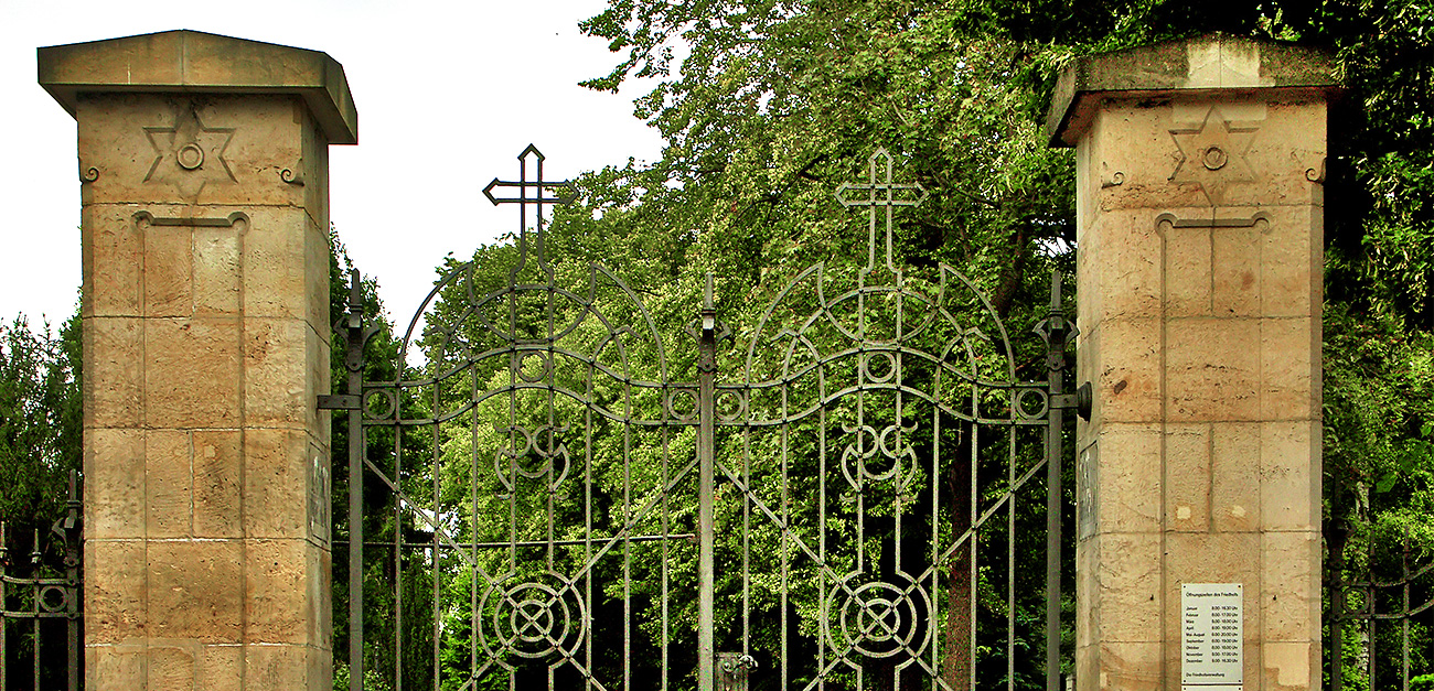 Eingangstor zum Tirintiatisfriedhof Dresden