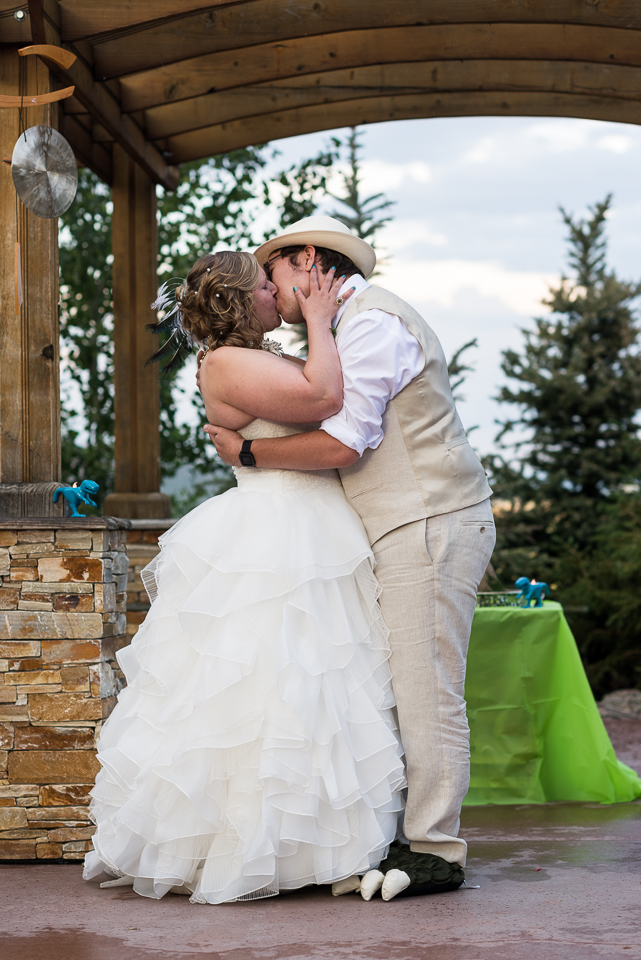 morrison willow ridge manor wedding photographer kiss