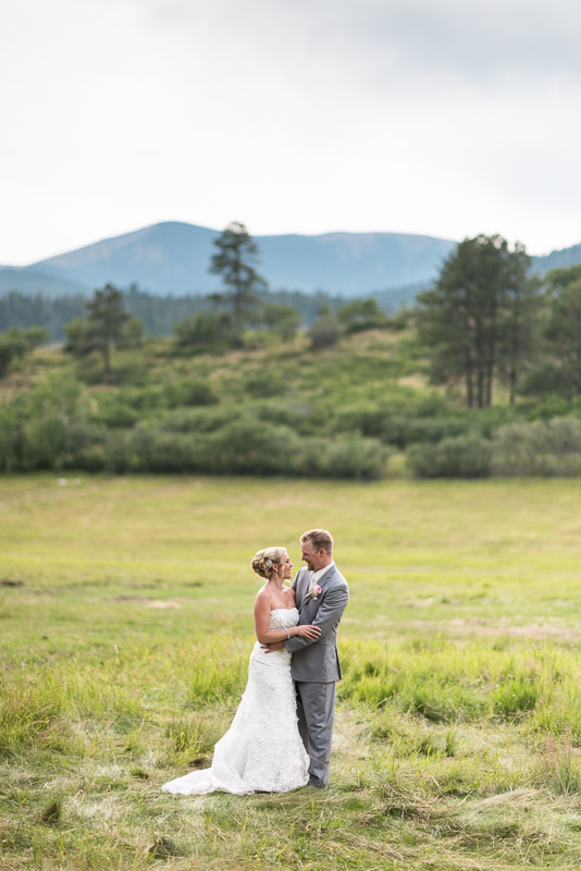 Cuchara Wedding Photographer kiss in field