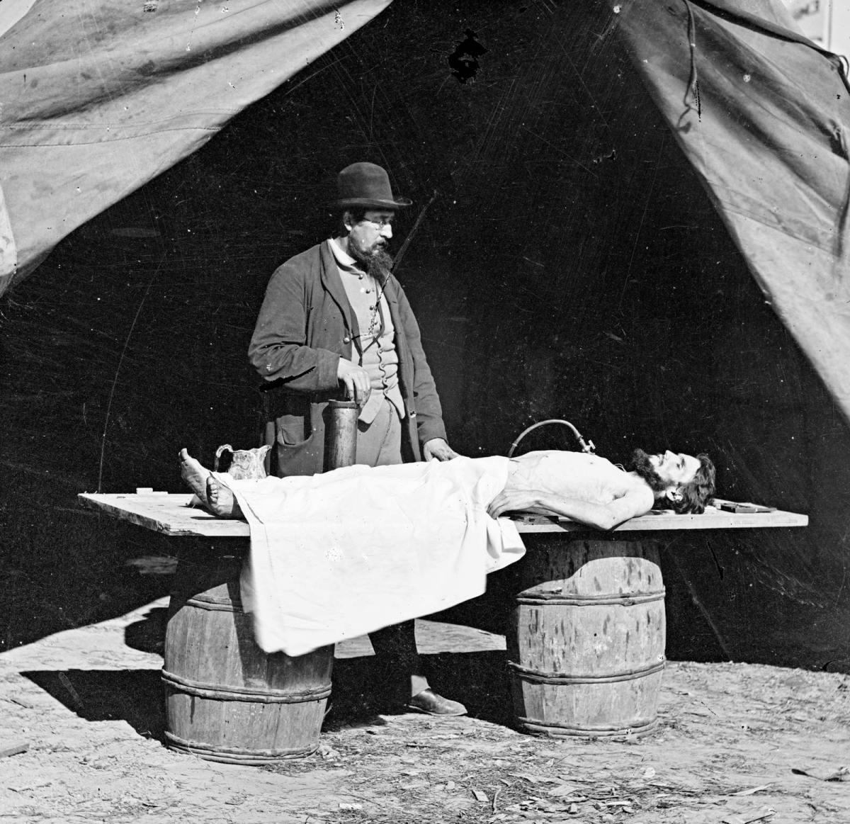 surgeon-work-soldier-body-American-Civil-War