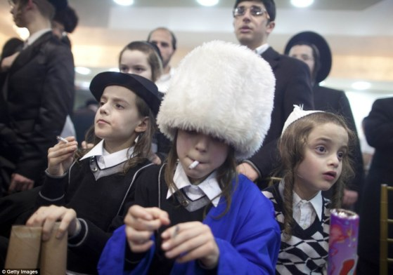 haredi-wedding-jerusalem-jewish-orthodox-boys-smoke-cigarettes