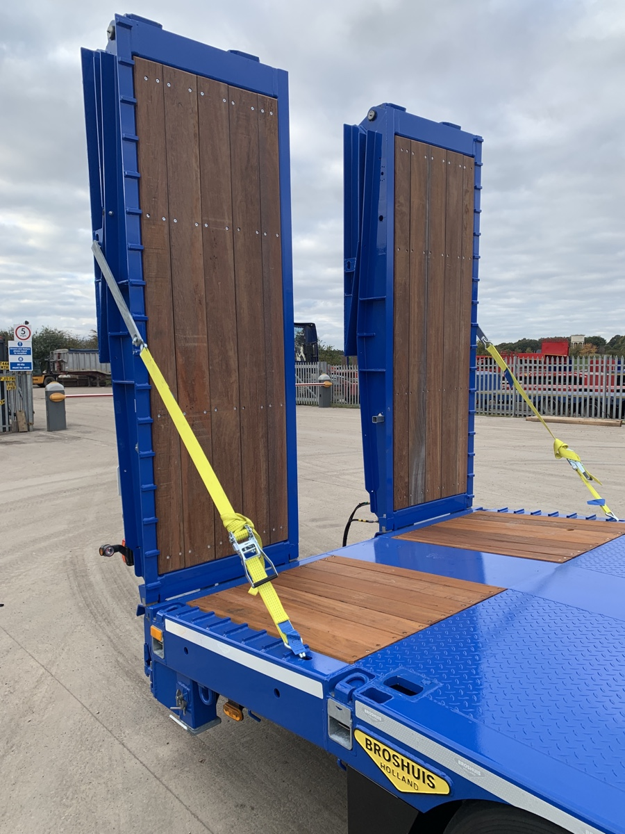 Hydraulic ramps of extending plant trailer