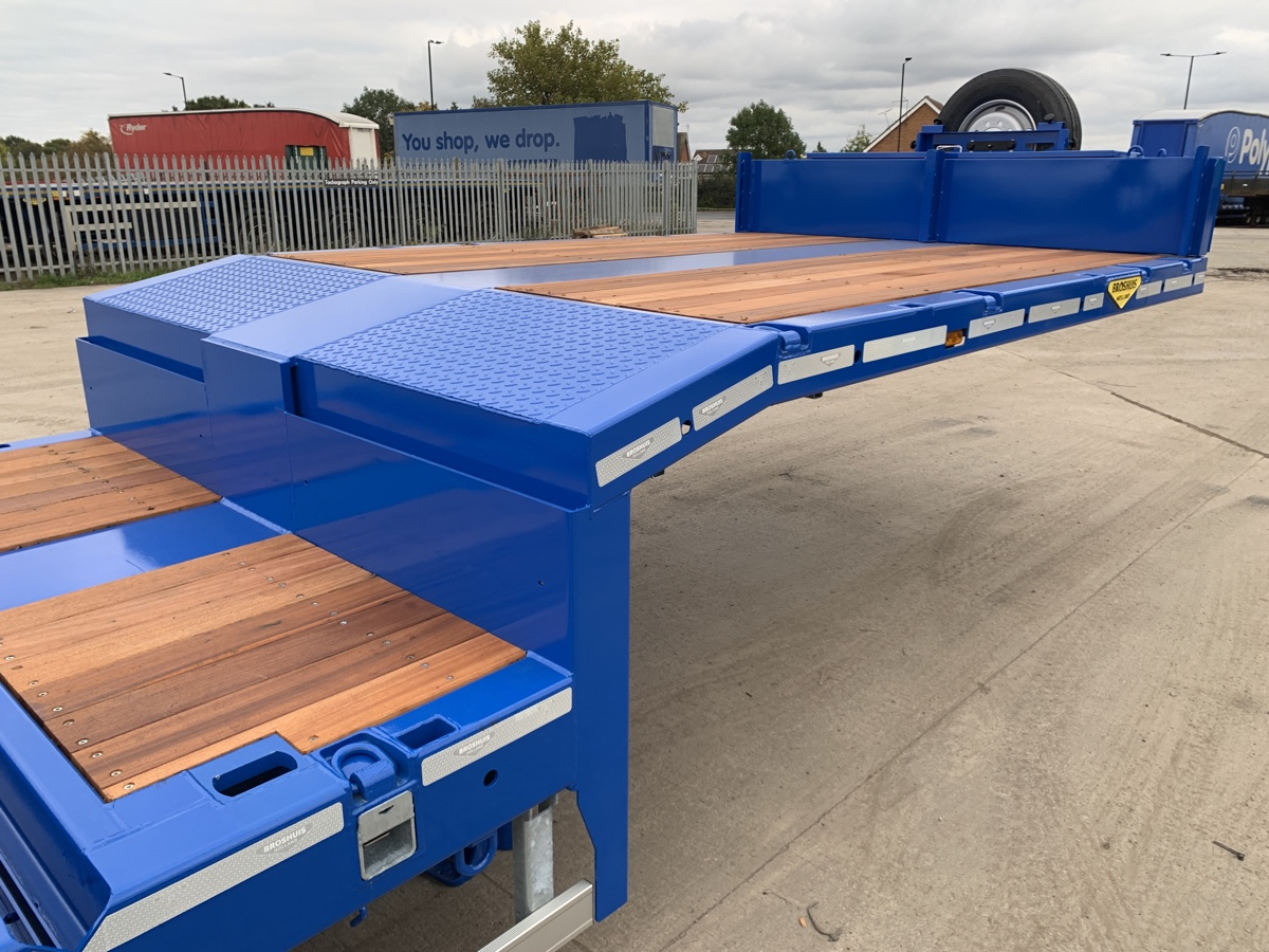 Neck and upper deck of extending plant trailer