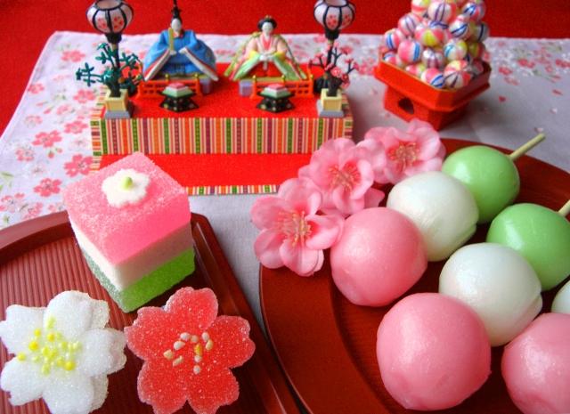 雛人形と添えられた菱餅や三色団子