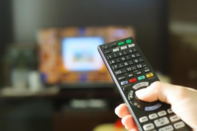 テレビリモコンを操作する人 動画配信サービス(VOD)のおすすめ