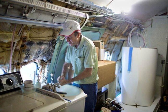 Брюс Кэмпелл - человек, который живёт в самолёте!