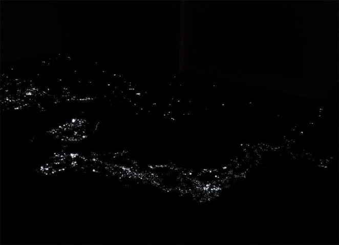 Эта захватывающая инсталляция воссоздает ночной вид на Землю из космоса