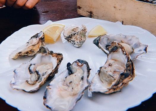 St George's Market市場中有許多美食,市場內也有座位可以用餐。圖片中生蠔6顆只要5鎊。Photo by Serina Su