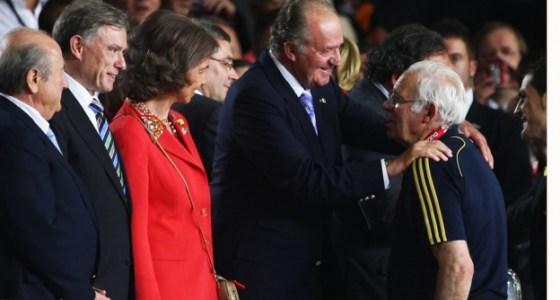 el-ex-entrenador-de-espaa-felicitado-por-el-rey-juan-carlos_