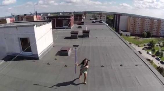 VIDEO – Compró un drone para espiar a la vecina que tomaba sol desnuda