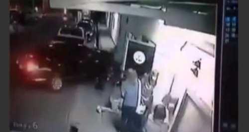 Video Carro fuera de control atropella un grupo de personas Male Exiting Door Are Crushed by Out of Control Car