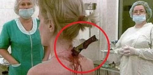 Video Horrible miren como tiene un cuchillo clavado en su espalda