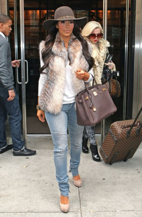 kim-kardashian-fashion-trend-color-coordinated-accessories-style-6-492x750