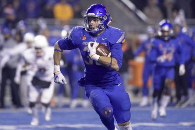 Leighton Vander Esch runs back an interception for Boise State in 2017
