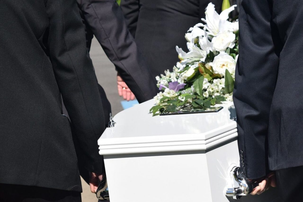 Here are the simple steps for planning a funeral. Plan the funeral quickly and then spend the time to grieve. Use the checklist to plan a funeral and you may decide to take a funeral package.