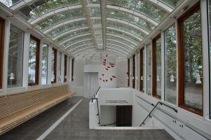 Des couloirs de verre mènent de la villa aux salles modernes du musée Louisiana ©Joli.Voyage