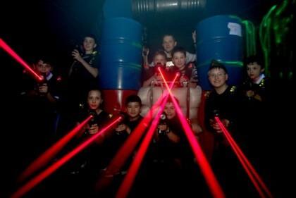 Lézerharc harcosok a Lasergames pályán