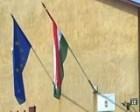 Etek már szép, tiszta zászlók a kormányhivatal épületén