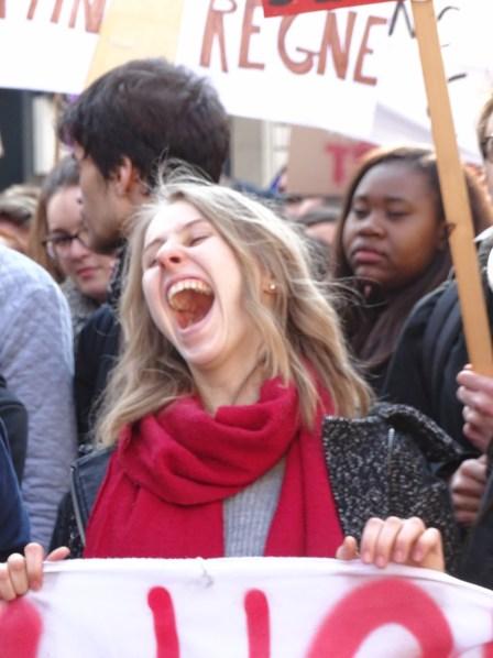 Une étudiante crie sa colère
