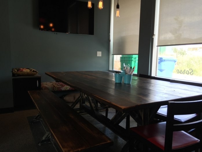 Commune table for meetings, available for reservations.